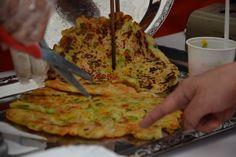 """Buchimgae (koreai zöldséges """"palacsinta"""") – készítették a Hankook gyárban dolgozó koreai alkalmazottak feleségei – Receptletöltés Waffles, Pancakes, Guacamole, Quiche, Mexican, Breakfast, Ethnic Recipes, Food, Red Peppers"""