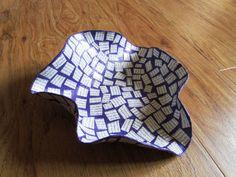 Lila Schale / Korb mit Mosaikmuster aus Altpapier / von fantasmania