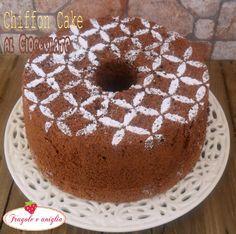 La chiffon cake al cioccolato è una torta al cioccolato ottima da servire a colazione o a merenda. Si può spolverare con zucchero a velo o una glassa!