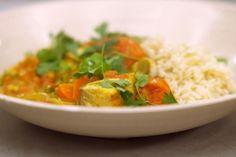 Wie deze viscurry bereidt vangt twee vliegen in één klap: je zet een rijkelijk visgerecht met veel groenten op de tafel én je houdt er amper afwas aan over. Koop bij voorkeur een witte seizoensvis die budgetvriendelijk is.Enkele van de meer bijzondere ingrediënten vind je in elke Oosterse supermarkt: diepgevroren limoenblaadjes, gedroogde curryblaadjes en de specerijenmix garam masala.