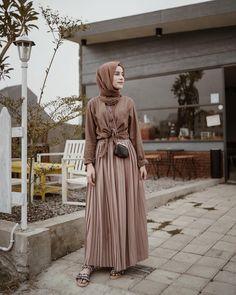 Have a great day♥️ —— Peated skirr from syuuuuukaaaa banget😍🙌🏻 Hijab Style, Casual Hijab Outfit, Ootd Hijab, Hijab Chic, Street Hijab Fashion, Muslim Fashion, Hijab Fashion Inspiration, Niqab, Fashion 2020