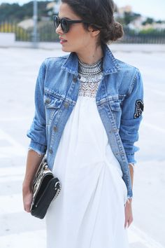 Precioso el cuello con las solapas, el collar y el bordado del vestido halter.