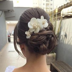 Bridal+Bun+Updo+With+Flowers