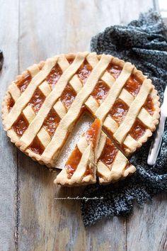 Soft slices of Crostata - Jam tart recipe crostata jam Tart Recipes, Bread Recipes, Real Food Recipes, Fruit Pie, Apple Fruit, Italian Desserts, Italian Recipes, Jam Tarts, Cheesecake Tarts