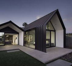 Modern Home Addition Extends out in Two Open Rooms The two spaces added to the back of this home in Phoenix seem to mirror one another on the outside. This modern home addition by Chen +. Architecture Durable, Residential Architecture, Modern Architecture, Modern Barn House, Modern House Design, Casa Estilo Tudor, Exterior Tradicional, Gable House, Gable Roof