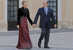 Leurs altesses sérénissimes la princesse Charlène de Monaco et le prince Albert II de MonacoPrince Albert II of Monaco, with his wife Princess Charlene arrive for the traditional Christmas tree viewing and present receiving session at Monaco palace with a man dressed, Wednesday, Dec. 18, 2013. This event takes place every year ahead of Christmas. (AP Photo/Lionel Cironneau)/MON111/97898144891/1312181814