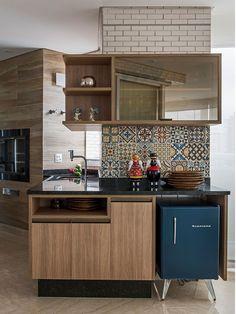 Decoração de apartamento aconchegante e atemporal. Na decoração da cozinha móvel de madeira e adornos.