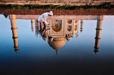Um anônimo no Yamuna, um dos rios sagrados da Índia, fotografado em frente ao monumental Taj Mahal em 1999 por Steve McCurry.  Veja também:  http://semioticas1.blogspot.com.br/2011/09/apocalipses.html