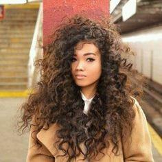 Que linda essa menina, pirei no cabelo cacheadão maravilhoso! | DDB Inspira @ddbinspira