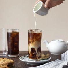 Uai Blog Coffee Recipes, Iced Americano, How To Make Ice Coffee, Iced Mocha, Coffee Tasting, Starbucks Coffee, Latte, Caramel, Kitchen