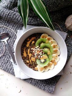 Porridge de quinoa à la vanille (trio de quinoa, lait riz quinoa, sucre muscovado, vanille, kiwi, banane, amandes, beurre de cacahuète)