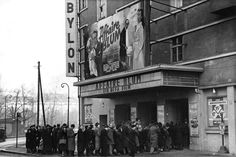 """Kino Babylon, Schlange für """"Affaire Blum"""". © Bundesarchiv Berlin"""