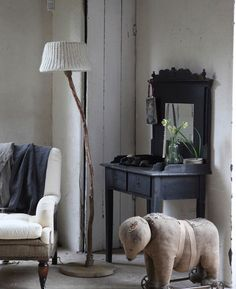 Floor lamp from driftwood, oak feet, and off white knitted lampshade