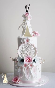 Boho chic, dream catcher and tent wedding or birthday white and pink cake Gorgeous Cakes, Pretty Cakes, Cute Cakes, Amazing Cakes, Blush Pink Wedding Cake, White Wedding Cakes, Wedding White, Cake Wedding, Native American Cake