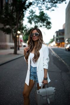 15 ideias de looks com blazer e short jeans - Guita Moda Blazer Outfits Casual, Best Casual Outfits, Summer Shorts Outfits, Classy Outfits, Spring Outfits, White Short Outfits, Blazer Outfits For Women, Summer Blazer, Girly Outfits