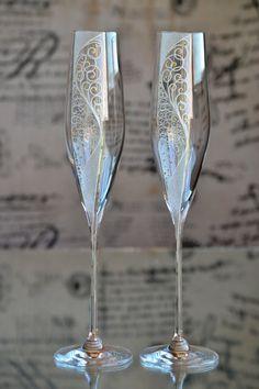 Détails d'article: Paire de champagne flûtes décoré avec un design original à la main. Dimensions: Flûte à la main: h = 275mm d = 50mm Capacité: 190ml. Personnalisation: Prénoms et la date peuvent être à la main, gravé, peint ou gravé pour personnaliser les flûtes et les coups de feu à votre occasion. S'il vous plaît être conscient qu'une fois que les verres sont personnalisés, ils ne peuvent pas être retournés ou remboursés. Temps de production: Cet article prend entre 3-5...