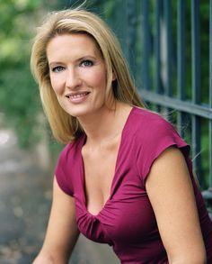 Maybrit Illner posiert zum 50. Geburtstag des ZDF Foto
