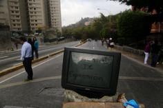 """Uma televisão é colocada em barricada com a frase escrita """"Liberdade de Expressão"""", durante protestos na Venezuela. Foto: Fernando Llano/Associated Press"""