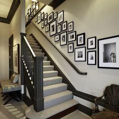 montée d'escaliers : portraits noir et blanc, cadres rectangulaires de dimensions différentes
