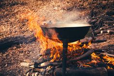Enjoyable camp cooking dishes are an especially excellent activity for family camp outs. On a household camping trip, fun camp cooking dishes can be tried at the end of a day while you are enjoying the campfire. Easy Campfire Meals, Campfire Desserts, Campfire Food, Camping Meals, Campfire Recipes, Backpacking Food, Kayak Camping, Ultralight Backpacking, Camping Tips