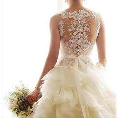 背中のレースが可愛い♡ : 普通のドレスじゃ物足りない♡ちょっと個性的なウェディングドレス【すぐ婚navi編集部が厳選】 - NAVER まとめ