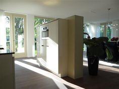 Keukenontwerp Siematic Oostvoorne | Huis & Interieur. Een open keuken, maar door het wandje toch een beetje afgeschermd van de woonkamer.