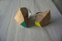 Wood&cut: Anelli in olivo, tagliati e dipinti a mano.