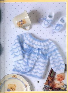 "Photo from album ""Muestras y Motivos on Yandex. Baby Cardigan Knitting Pattern, Baby Hats Knitting, Vintage Knitting, Baby Knitting Patterns, Knitting Stitches, Baby Patterns, Hand Knitting, Crochet Patterns, Baby Pullover"