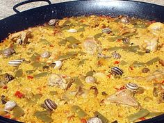 Paella Valenciana: Authentic paella made with fresh veggies and meat from the Valencia region. Spanish Cuisine, Spanish Food, Spanish Recipes, The Dish, Macaroni And Cheese, Seafood, Curry, Gastronomia, Salads