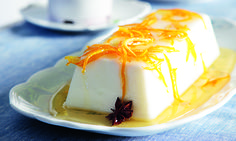 Πανακότα αρωματισμένη με λεμόνι και σάλτσα πορτοκαλιού