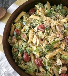 This chicken Caesar pasta salad recipe is easy to make and will be a hit at the neighborhood potluck! - Everyday Dishes & DIY Because it makes so much; It was great and i can have fresh salad another time! Potluck Lunch Ideas, Potluck Cold Dishes, Potluck Recipes Summer, Office Potluck, Healthy Potluck, Work Potluck, Potluck Salad, Potluck Dinner, Dinner Ideas
