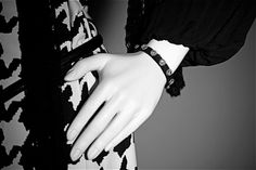 Bracciale pelle e Swarovski bianchi magnum, colore nero, fascia larga