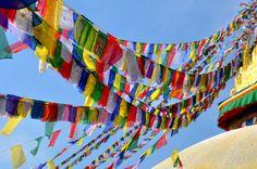 Katmandú, Nepal. Foto de José Luis Fuentes. #Banderas #Colores #Cielo #Nepal #Katmandu #Estupa #LPTraveller #PostalesLP