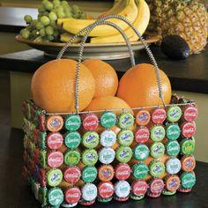 Cada um fazendo a sua parte. É possível fazer uma linda cesta com as tampinhas.