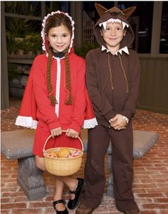 현대 문화에서의 늑대 - 동화/ 동화 <빨간 망토와 늑대>속의 소녀와 늑대 분장을 하고 즐거워하는 두 아이.