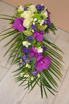 mariage mauve blanc violet (27) Plus Marie, Floral Wreath, Wreaths, Bouquets, Home Decor, Artificial Flowers, Mauve Wedding, White People, Flower Arrangements