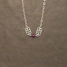Collier ras du cou breloques florales perles violettes