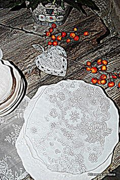 assiettes Valérie Casado... L'Isles sur Sorgues <3 Ceramic Plates, Simple House, Tables, Pottery, Dishes, Crafts, Wedding, Dinner Plates, Bowls