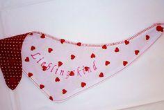 """Das schaut nach guter Laune aus! :)    Fliegende Herzchen mit Stickerei """"Lieblingskind""""  auf der einen - Pünktchen auf der anderen Seite.    Das Tu..."""