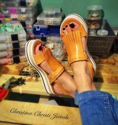 Sandales plates, sandales en cuir de couleur brune, fait à la main à Athènes, en Grèce par Christina Christi bijoux en cuir.