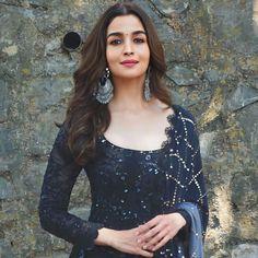 Pakistani Fashion Casual, Bollywood Fashion, Indian Fashion, Alia Bhatt Photoshoot, Alia Bhatt Cute, Most Beautiful Bollywood Actress, Tunic Designs, Stylish Girl Images, Beauty Full Girl