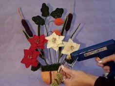 Come creare una composizione di fiori all'uncinetto - YouTube