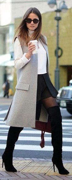 Outfit with black suede knee-high boots (botforts). Stylish outfit for spring.