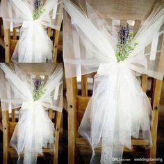 białe kokardy na siedzenia na salę weselną