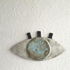 Endelig kom mit øje i keramik op på væggen / finally the eye i created In ceramic is done  #ceramics #ceramicwall #keramik #eye #evileye #øje #decor #decoration #madebyme #godsbanensåbneværksteder