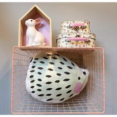 Aún no te has pasado por la tienda online a ver las cestas nuevas? Son geniales!!! En la tienda hemos puesto una a modo de estantería a que queda bien? Puedes conseguirlas en www.dontiptop.com #cestas #basket #pink #deco #kidsinpo #decorinspo #interiors #design #cosasbonitas #kidsroom #decohome #decoshop #tiendasbonitas #tiendasconencanto #tiendasoviedo #oviedo #shoponline #conceptstore #dontiptop by dontiptop