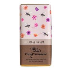 Ferdi's Imkerei Honig-Nougat Schokolade 38% 70g - Diese Edelschokolade mit 38% Kakaoanteil wurde liebevoll von Hand gefertigt und ist eine wahre Gaumenfreude.Bei der Produktion der Schokolade entsteht jede Tafel als Unikat, welche handgefüllt, handgeschnitten und handverpackt wird. #schockolade #nougat #honig #rundumdiebiene #ferdiesimkerei #tirol Kakao, Honey, Chocolates, Bees, Packaging, Products