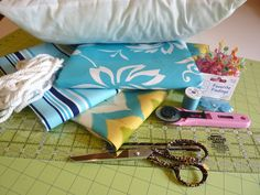 Sewing piping into pillow case Sewing Hacks, Sewing Tutorials, Sewing Crafts, Sewing Patterns, Sewing Tips, Sewing Ideas, Diy Projects To Try, Craft Projects, Craft Ideas