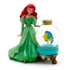 Esta preciosa bola de nieve de Ariel hechizará, sin lugar a dudas, cualquier habitación. El conjunto está formado por una bella reproducción de la princesa, con acabado nacarado, y el pececillo Flounder, que se encuentra dentro de la bola llena de purpurina.