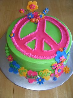 Tie Die Peace Cake cake has a tie dye center.thank you for the information on the tie dye center. Peace Sign Cakes, Peace Cake, Pretty Cakes, Cute Cakes, Peace Sign Birthday, Hippie Cake, Hippie Boho, Birthday Cake Girls, Birthday Cakes